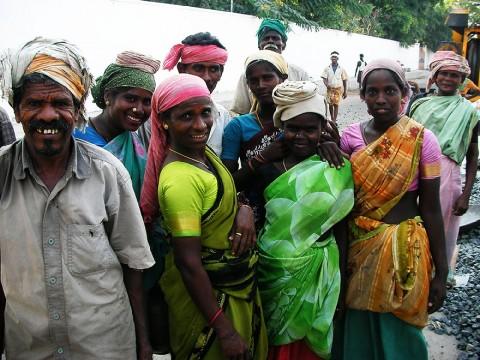 インドでは女性もガッツリと肉体労働をしています / 男性と同じレベルで重労働