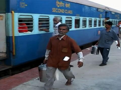 インドのチャイ屋とコーヒー屋の壮絶な闘い! たくさんドリンクを売って鉄道の乗客に売って一儲け