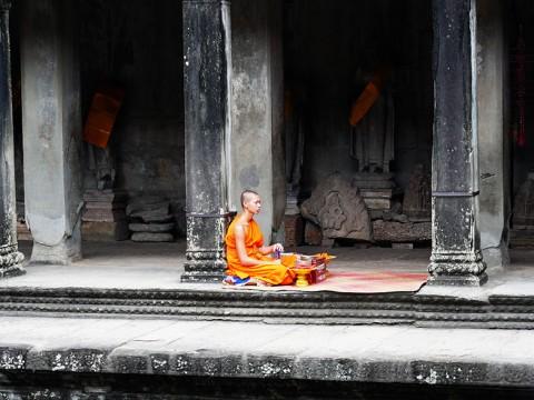 アンコールワットで遺跡と同化する僧侶たち / 聖地巡礼と近代化と
