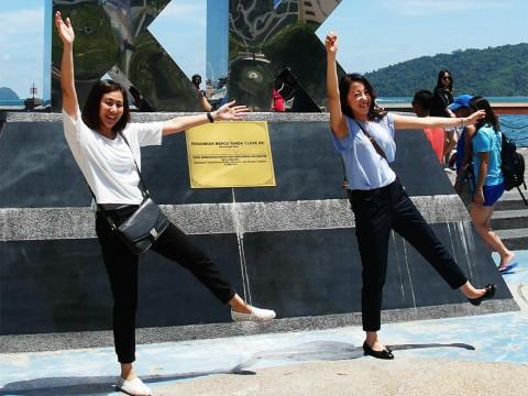 【新事実】マレーシアのコタキナバルで記念撮影するなら絶対にするべきポーズ! それはKK(笑)