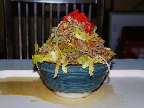 【沖縄グルメ】ギガ級のデカ盛りそばが食べられる古き良き食堂 / お食事処 波布