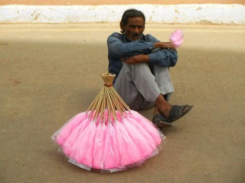 インドで綿アメを売る綿アメおじさん / ニューデリーのインド門は観光客のメッカ
