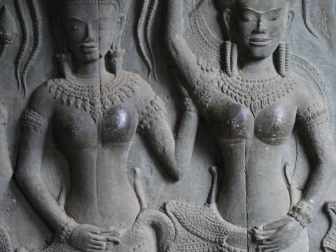 世界遺産アンコールワットの女神像に危機 / 石像が胸だけ触られてツヤツヤになる事態