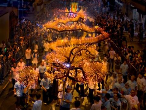 香港で全長約67mのドラゴンが舞う! 100年以上の歴史ある伝統祭「大坑ファイヤー・ドラゴン・ダンス」開催