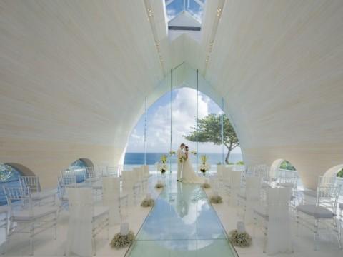 アヤナリゾート&スパバリのウエディング会場がリニューアル / インド洋の素晴らしい眺めとともに永遠の愛の誓いを