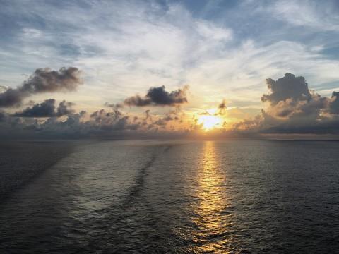 【絶景】香港クルーズ船から望む世界最高の夜景が絶景すぎる / 360度海に囲まれて眺める日の出に感動