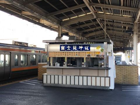 JR静岡駅ホームの老舗立ち食いそば屋が開発した「チーズそば」が絶品 / 昭和41年創業の富士見そば