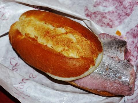 ドイツに行ったら絶対に食べたいイワシやマスの刺身サンド / サバサンドも大人気