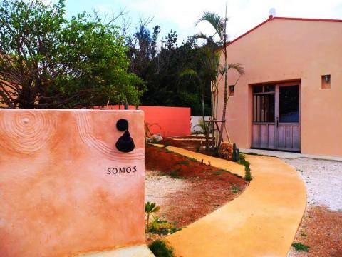 【超リラックス宿】沖縄とキューバの融合! 古材を使ったDIY宿「SOMOS」で琉球モダンステイ