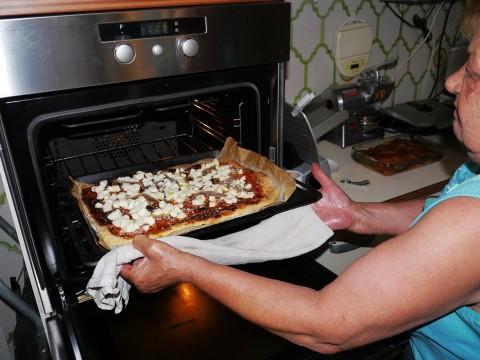 【イタリアグルメ】イタリアの家庭で家庭的ピザを食べる / レストランでは食べられないローマのママの味