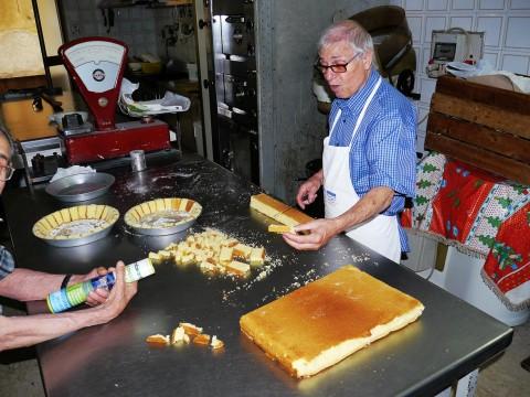 【絶品グルメ】イタリア・シチリア島のふわふわカステラとジェラート / 田舎町・トラパニの老舗スイーツ店