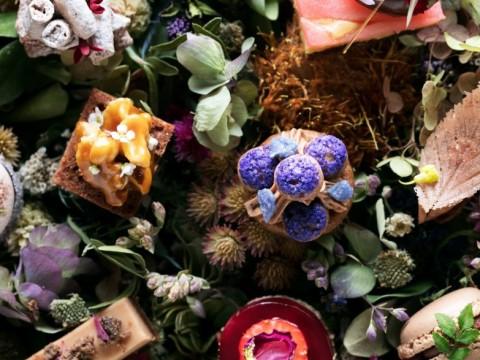 【話題】バレンタインに甘〜い花束を / バラやスミレなど花モチーフのショコラなデザートコースはいかが