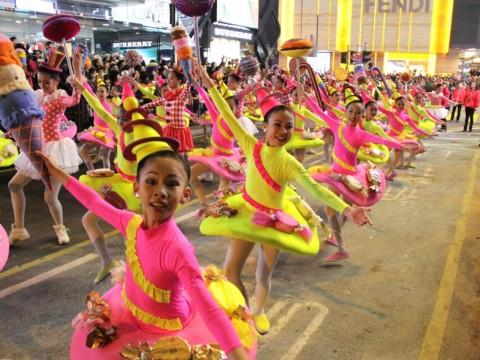 【話題】香港の旧正月を盛り上げるビッグイベント! お祝い気分満載の華やかなナイトパレードが今年も開催