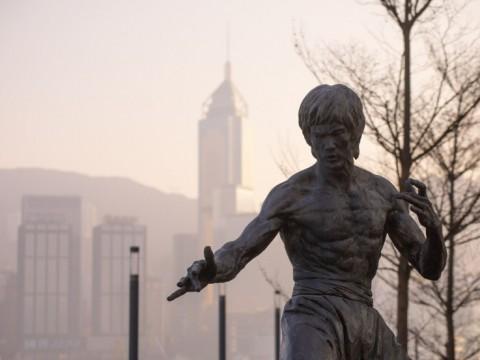 【話題】ブルース・リーとセルフィー!香港の人気スポット「アベニュー・オブ・スターズ」リニューアルオープン