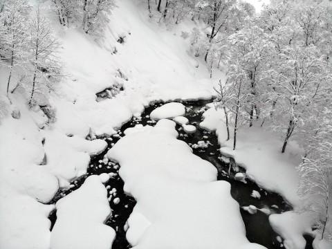 【ドローン絶景】マタギが発見した玉川温泉は極寒の絶景地 / 動物たちが癒やしに訪れた伝説の地