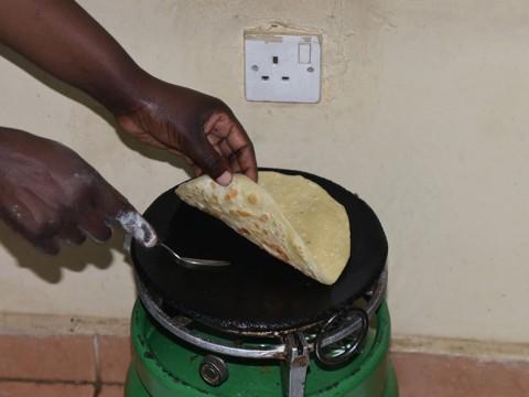 ケニアの定番家庭料理「チャパティ」がクセになる美味しさ / 現地レポート