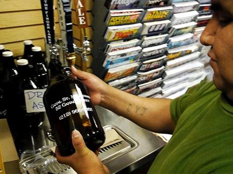 【話題】アメリカでは空瓶を持参すればビールを詰めてくれる / エコだし安くなるし一石二鳥