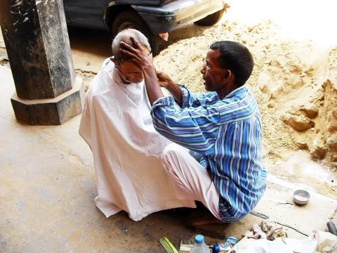【インドの日常】髪を切りたいときは路上でサクッとリーズナブルに / 道の理髪店