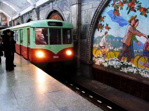 【現地取材】北朝鮮の地下鉄に乗ってみた / ヨーロッパ調の駅と平壌市民