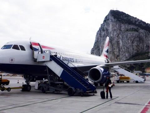 【衝撃】パイロットが選ぶ危険な空港ランキング1位ジブラルタル空港に行ってみた / 着陸できたらラッキーなので乗客が拍手喝采