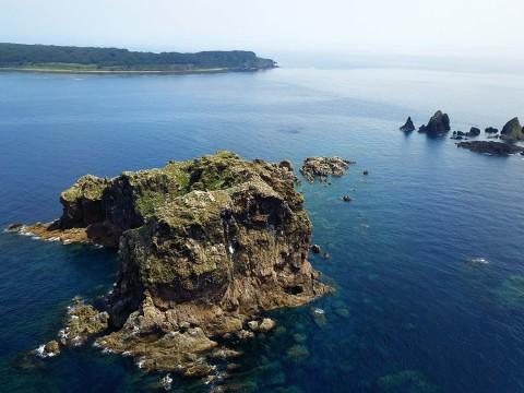 【ドローン絶景】黄金の龍鱗が眠る伝説の島 / 山形県の飛島とともに鎮座まします御積島