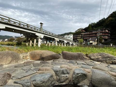 【最高最強の足湯旅】橋と清流を眺めながら足を癒やす / 三朝温泉の河原風呂