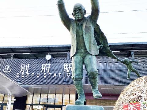 別府駅前には別府市民が全員知っている不思議な像がある / 知らない別府市民はいない