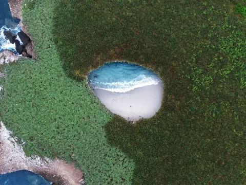 【絶景トラベル】おそらく地球上でもっとも神秘的な絶景ビーチ / イスラス・マリエタスの大空洞ビーチ